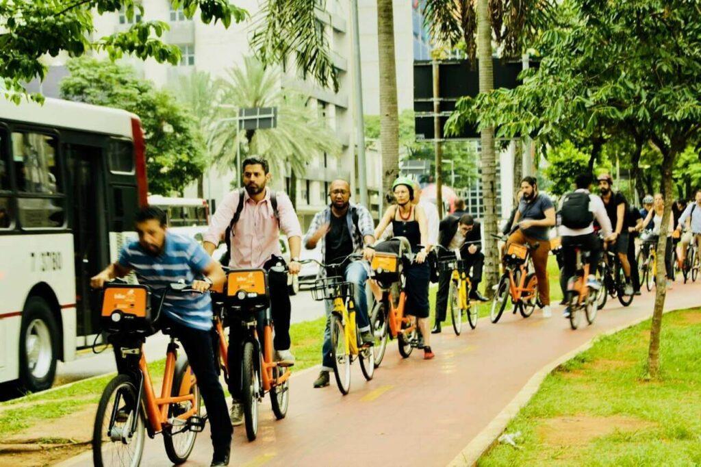 Como chegar à Faria Lima: ciclistas pedalam na ciclovia da avenida próxima à avenida JK | Club Coworking (Foto de Rachel Schein)