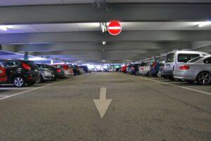 Carros perfilados em estacionamento coberto | Club Coworking
