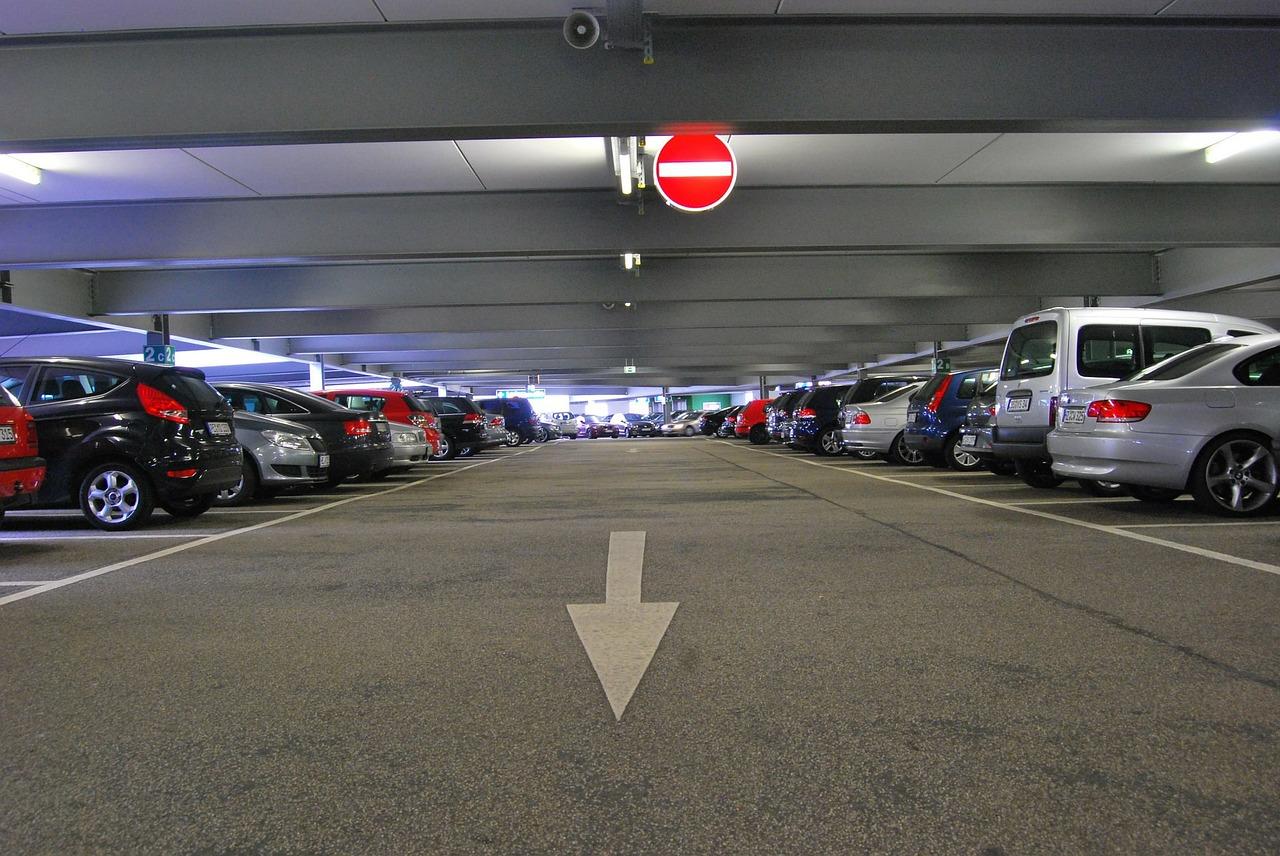 Carros perfilados em estacionamento coberto   Club Coworking
