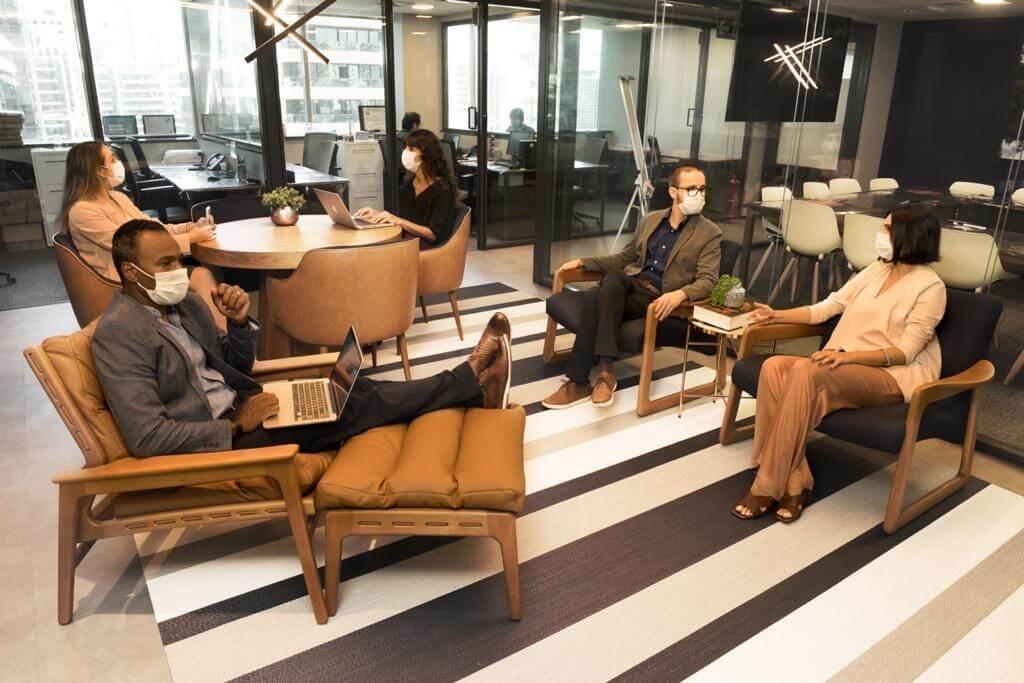 Pessoas de máscara em espaço coworking. Essa é uma das possibilidades do anywhere office